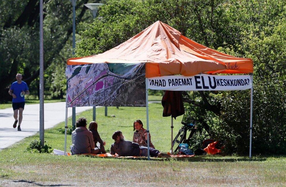 ФОТО: Противники Рейди теэ в знак протеста разбили возле Русалки палатку
