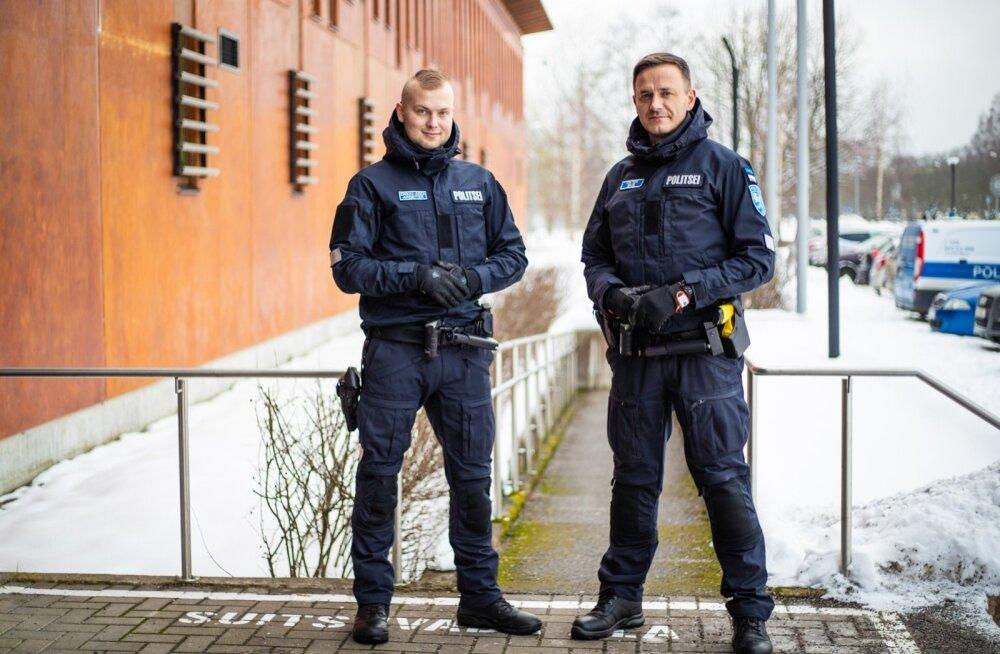 Tallinna Kesklinna politseijaoskonna patrullpolitseinikud Viktor Eksi (paremal) ja Erkki-Ardi Arbeiter on ühed esimesed, kes uued vormid selga said.