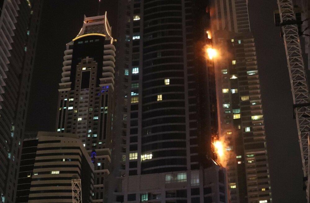 ФОТО и ВИДЕО: В Дубае загорелся гигантский небоскреб