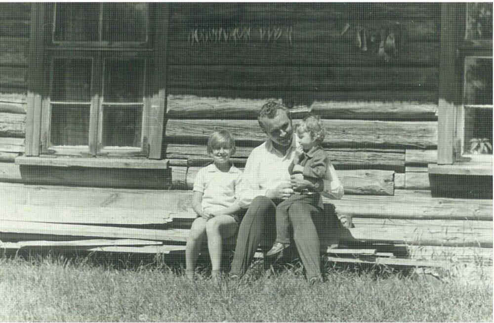 Arnold Rüütel sünnikodus Tooma talus tütarde Marise ja Anneliga 1960ndate lõpul.