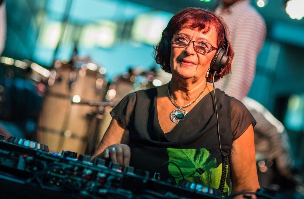 Anne Ermi plaadiriiulid on otsast otsani täis head muusikat. Sealt leiab alati midagi ka suuremale publikule ette kanda. Plaate mängib Anne rõõmuga ka ise.