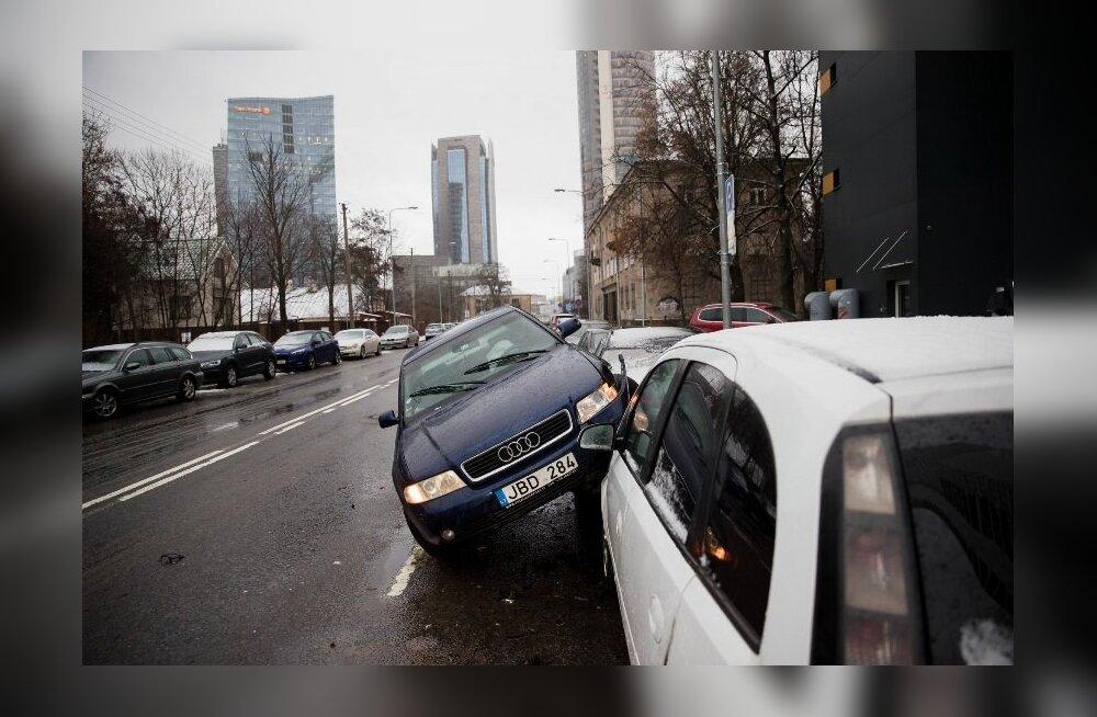 ВИДЕО И ФОТО: В Вильнюсе произошло необычное ДТП — Audi ехал по стоявшим автомобилям