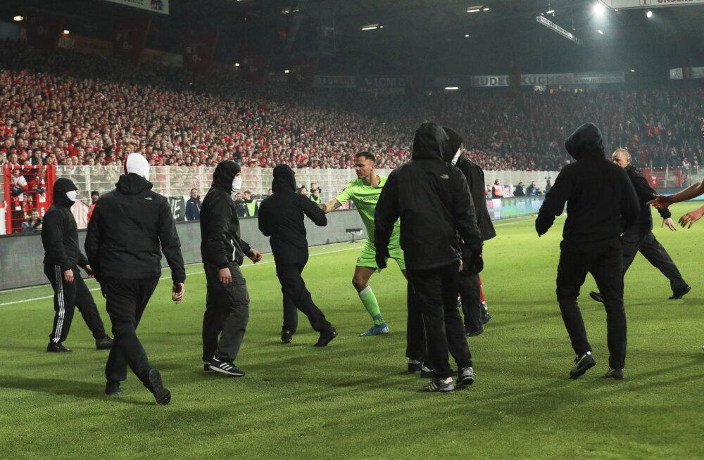 VIDEOD | 42-aastase vaheaja järel Bundesligas toimunud Berliini derbi lõppes kaosega, mängijad pidid väljakule tormanud ultrafänne rahustama