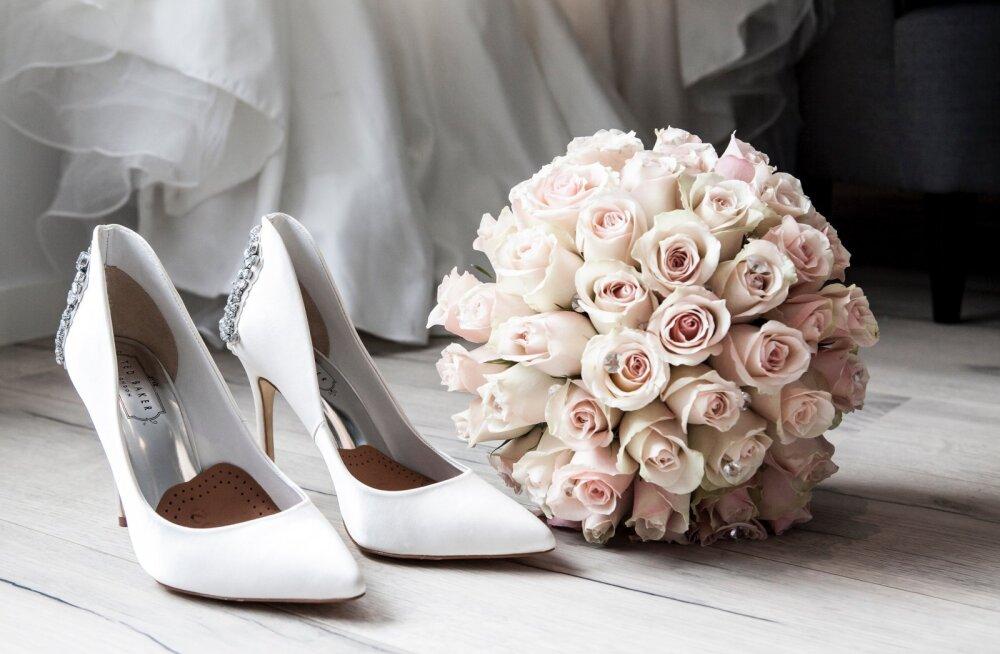 Жених и невеста запретили появляться на своей свадьбе без каблуков и фраков. Гости были возмущены