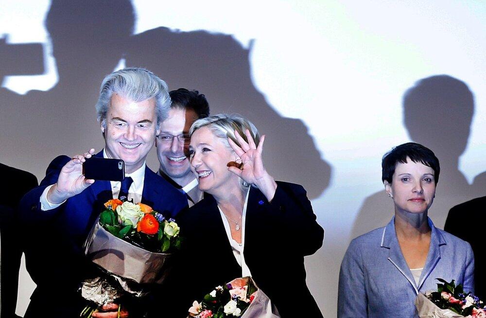 Geert Wilders ja Marine Le Pen pildistavad iseennast, nende taga piilub Marcus Pretzell ja paremal seisab Frauke Petry.