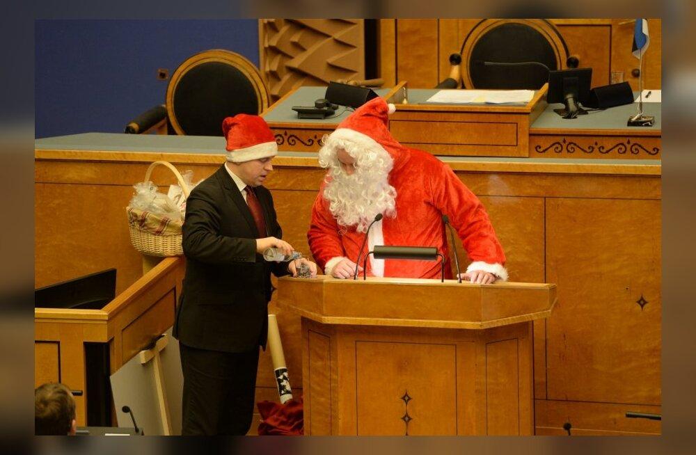 ФОТО: Смотрите, какие подарки от Деда Мороза получили депутаты Рийгикогу