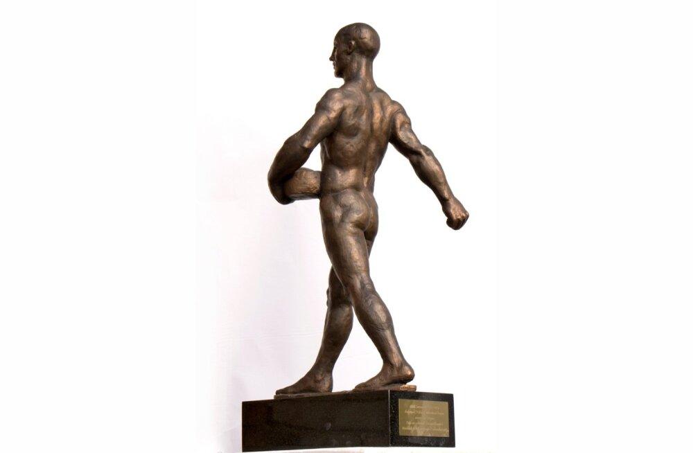 """Aasta Põllumees saab autasuks koopia kunstnik Ferdi Sannamehe skulptuurist """"Külvaja""""."""
