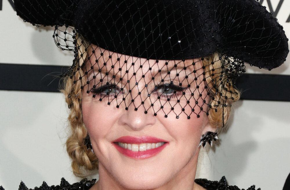 FOTO | Madonna postitas pildi, kus tema rinnad kogu maailmale vaatamiseks! Lauljatari kriitika ei huvita