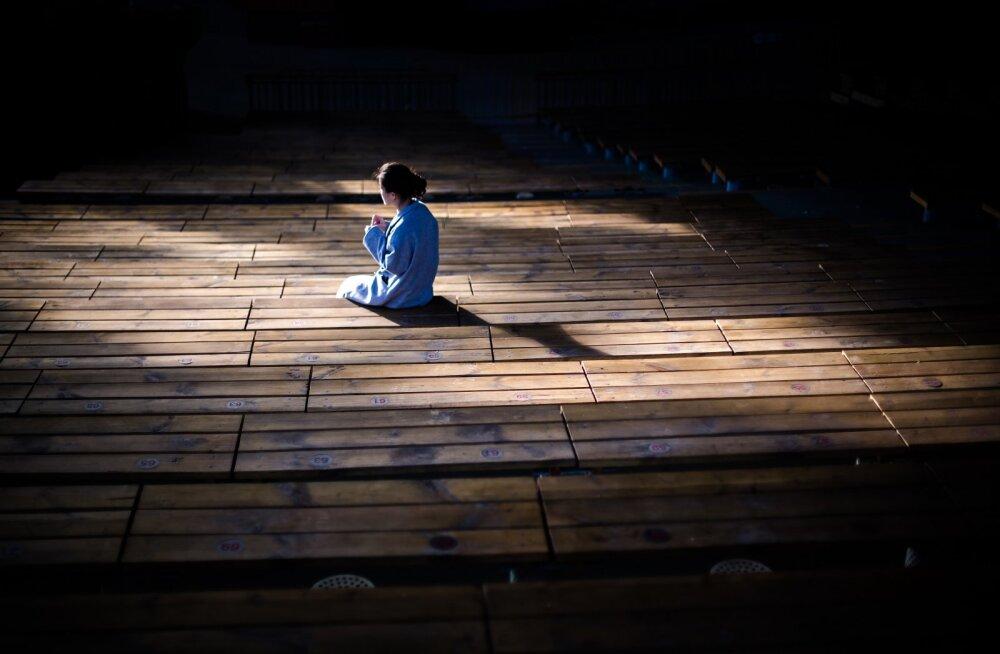 Psühholoog vastab: miks ma tunnen ennast nii üksikuna ka siis, kui mu ümber on pere ja sõbrad?