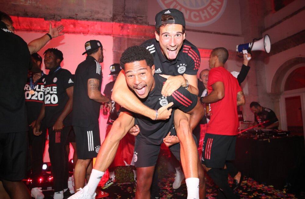 Leon Goretzka (ülemine) koos Serge Gnabryga tähistamas Müncheni Bayerni Meistrite liiga triumfi.