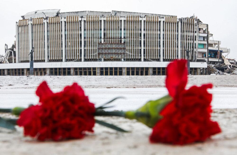 KARM VIDEO | Peterburi hiiglasliku staadioni katus varises sisse, hukkus üks ehitajatest