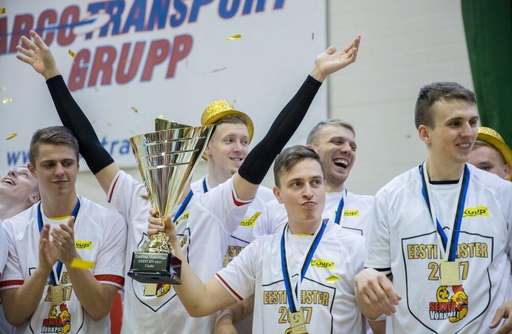 Tauno Lipp (karikaga) oli osaline Tallinna Selveri kahes viimases Eesti meistritiitli võidus.