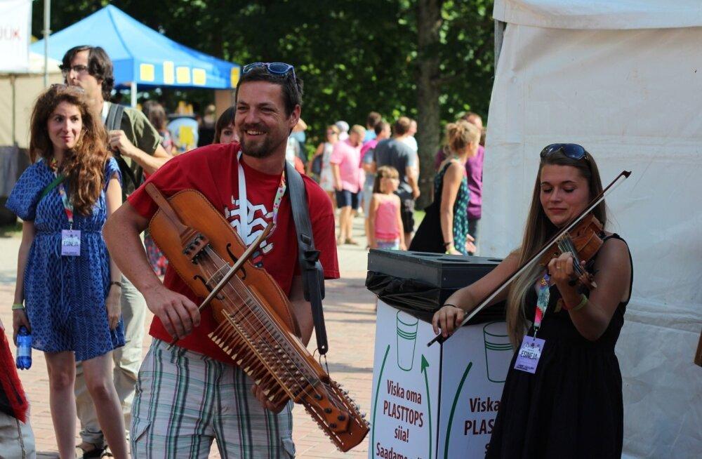 Peale kontserdipaikade live'ide võis Viljandis näha ka spontaanseid tänavakontserte, mis lisasid üldisele folgimelule veelgi rõõmsamaid värve.