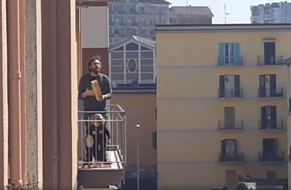 """ВИДЕО   """"Мы не сдаемся!"""" Итальянцы во время карантина поют на балконах"""
