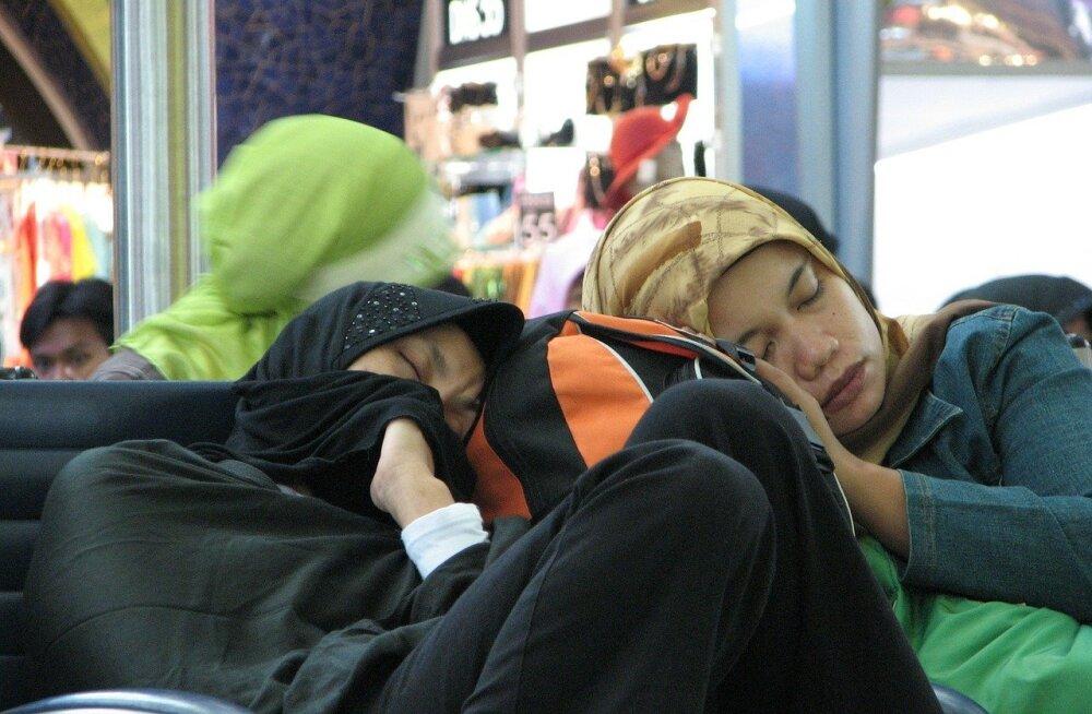 Tüütu öö lennujaamas | 10 soovitust, kuidas end ebamugavates oludes maksimaalselt välja puhata
