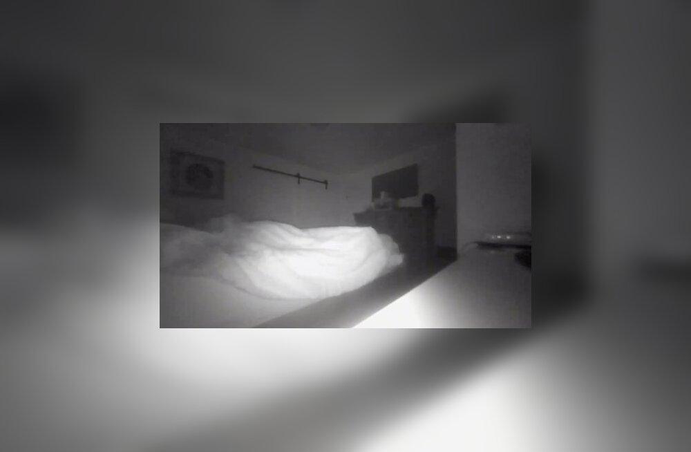 ÕUDNE VIDEO | Vaata, kuidas majas ringi hiiliv kummitus üht pereisa öösel hirmutab