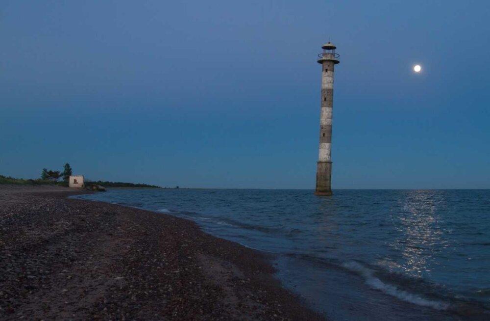 Kiipsaare majaka plink kustus, sest 1992. aastaks olid merevood Harilaiul alla neelanud 50 meetrit kallast.