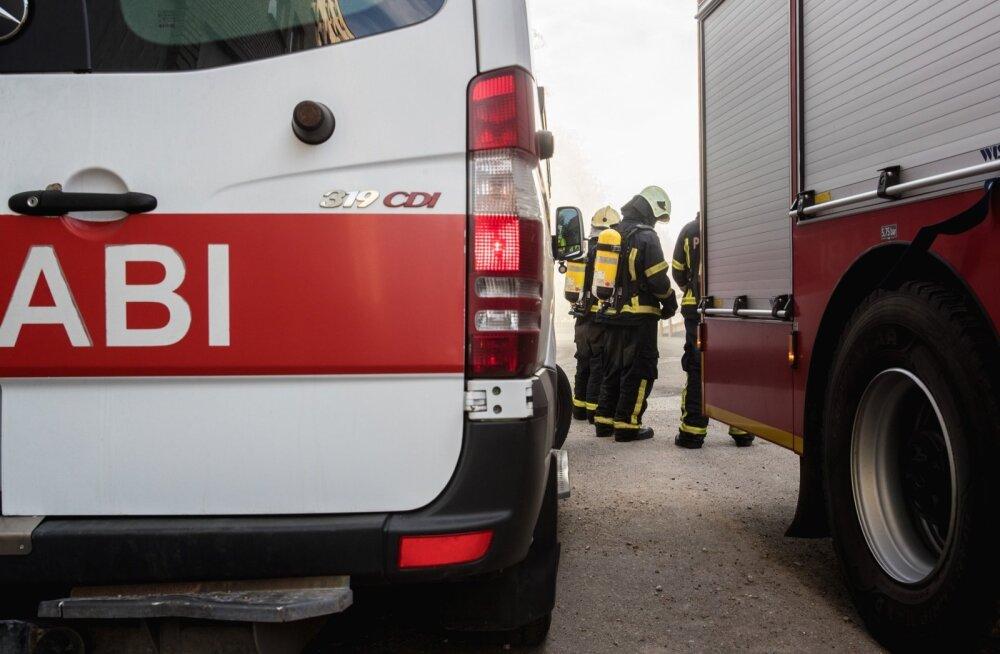 В Кохтла-Ярве из-за горевшей на балконе мебели из многоквартирного дома эвакуировали 28 человек