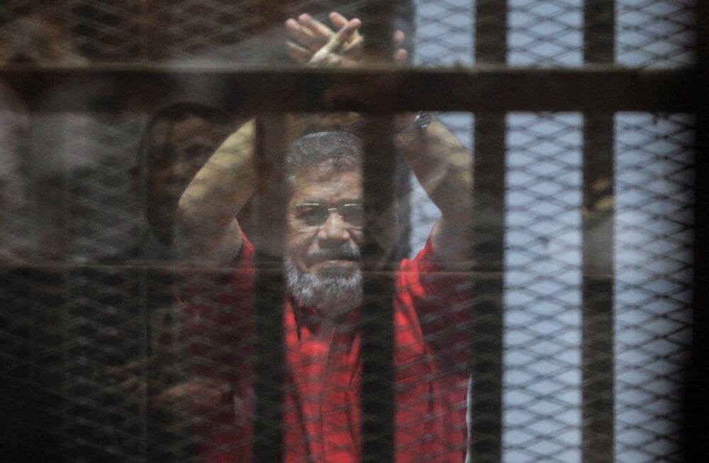Tagandatud president Morsi suri pärast kokkukukkumist Egiptuse kohtus