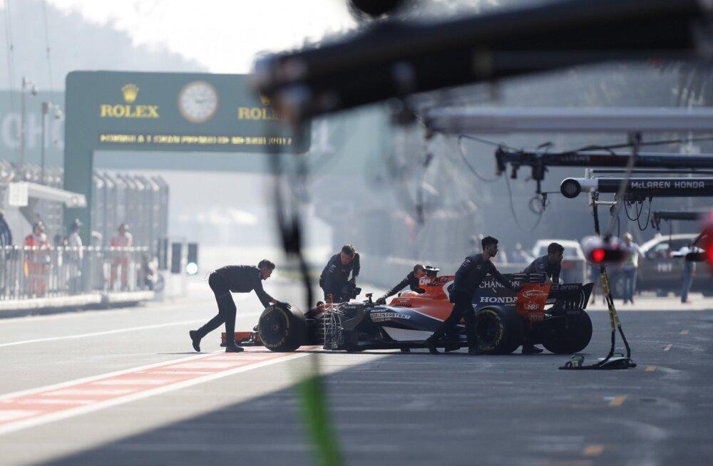 McLareni vormel lükatakse boksi