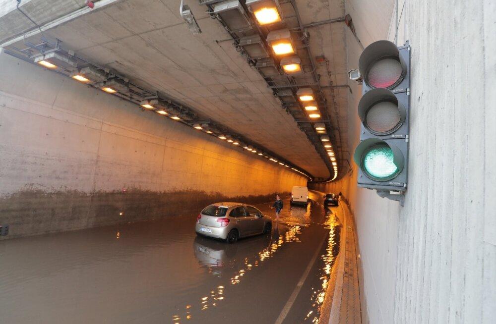 DELFI FOTOD JA VIDEO: Roheline tuli suunab Ülemiste tunnelisse otse veevangi!