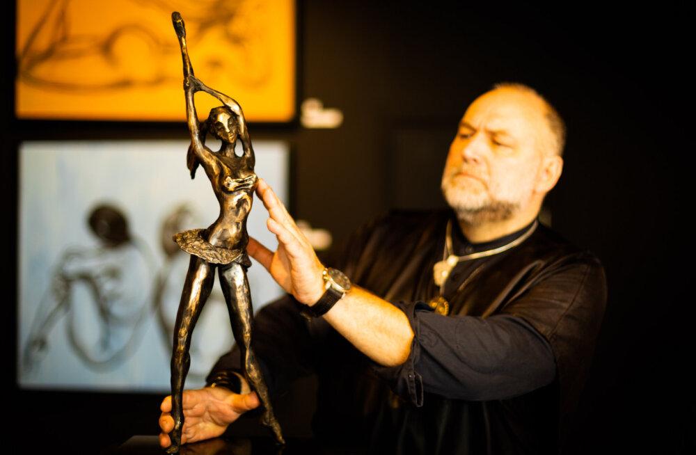Näitusel on väljas aasta tagasi alustatud suureformaadilised aktimaalid - Kangro mainib, et tema elu kõige suuremas formaadis maalid - ja naise keha ees kummarduse tegevad skulptuurid.