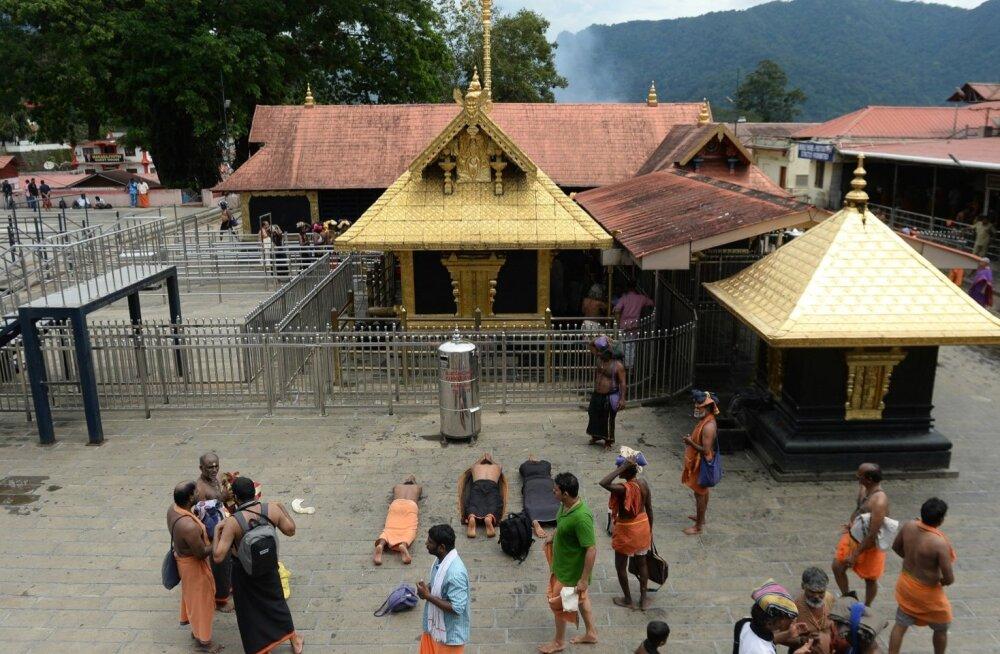Kaks naist sisenesid esimest korda hindude ühte pühamasse templisse