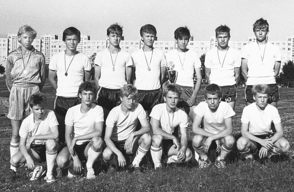 Lõvid on pärast esimest Helsinki Cupi triumfi kodus tagasi. Teiste hulgas poseerivad kuldmedaliga Mart Poom (tagareas vasakult esimene), Martin Reim (all paremalt kolmas) ja Indro Olumets (neljas). Karikat hoiab Toomas Kallaste, tema kõrval on liidu juuni