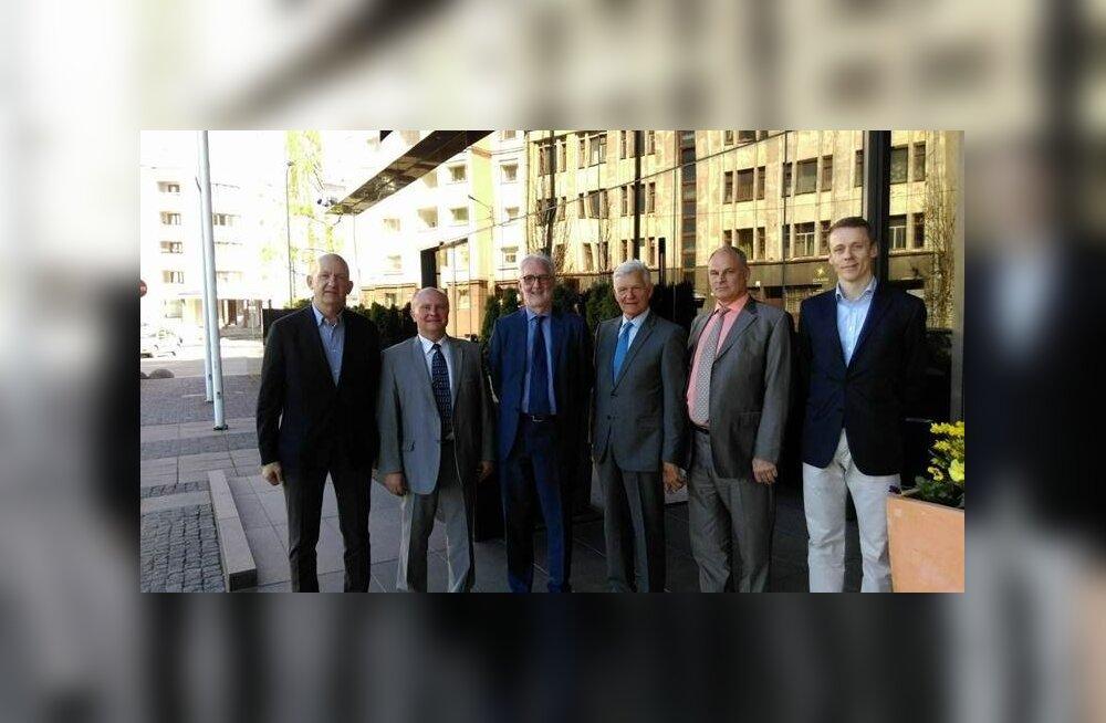 Fotol EJL-i juhatuse liikmed vasakult: Raivo Rand, Madis Lepajõe, Mr Brian Cookson (UCI president), Enn Veskimägi, Jaan Toots (EJL-i president), Erkki Raasuke