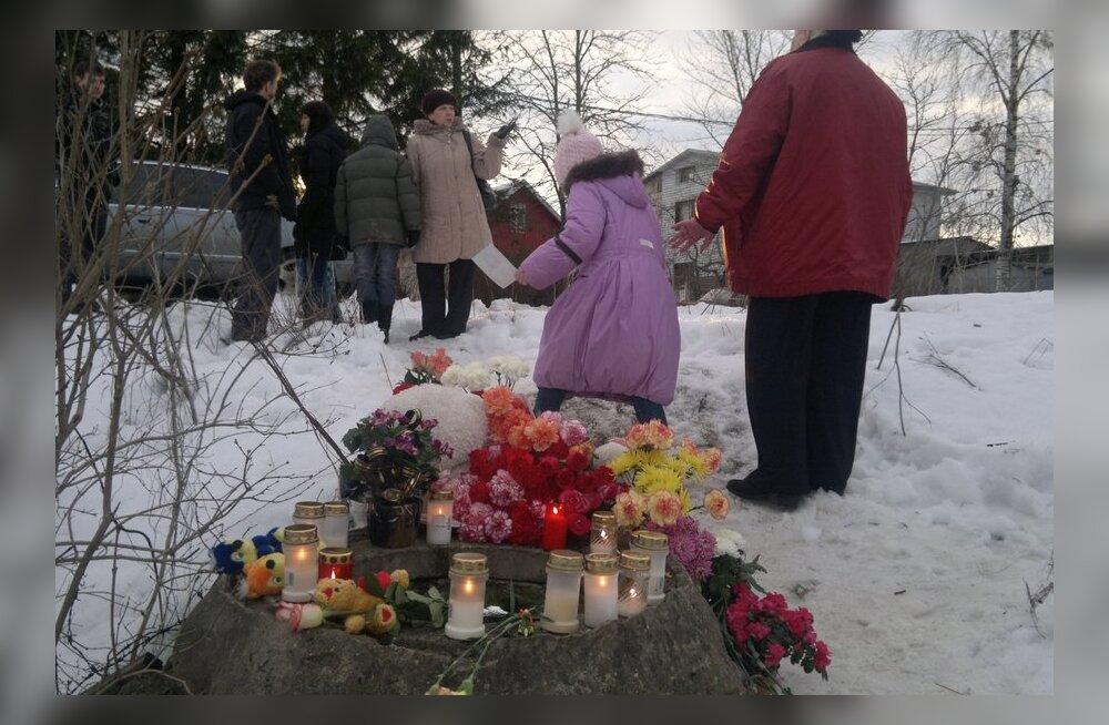FOTOD: Narvalased viivad väikese Varvara leidmiskohale lilli ning mänguasju.