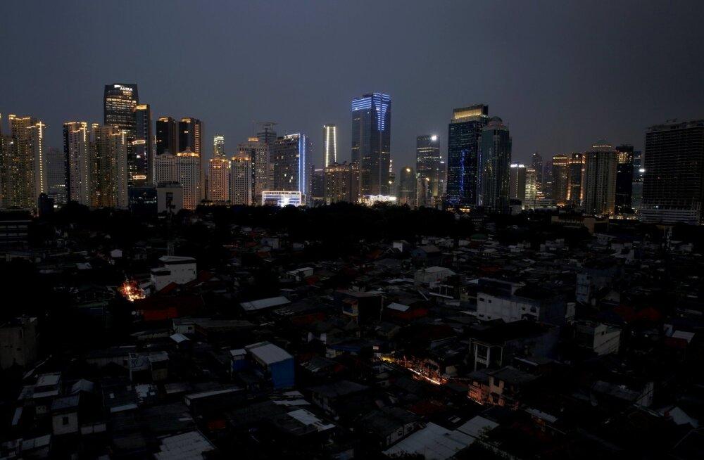 В Индонезии тысячи домов остались без электричества