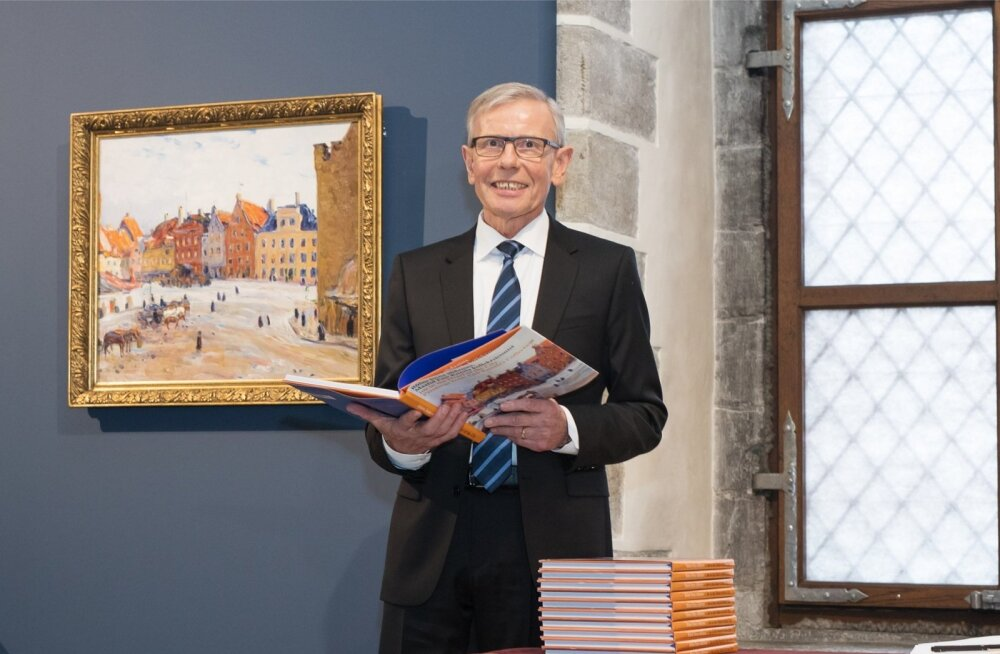 """Enn Kunila näituse """"Rõõm linna südames"""" avamisel. Seinal on Paul Burmani maal """"Raekoja plats""""."""