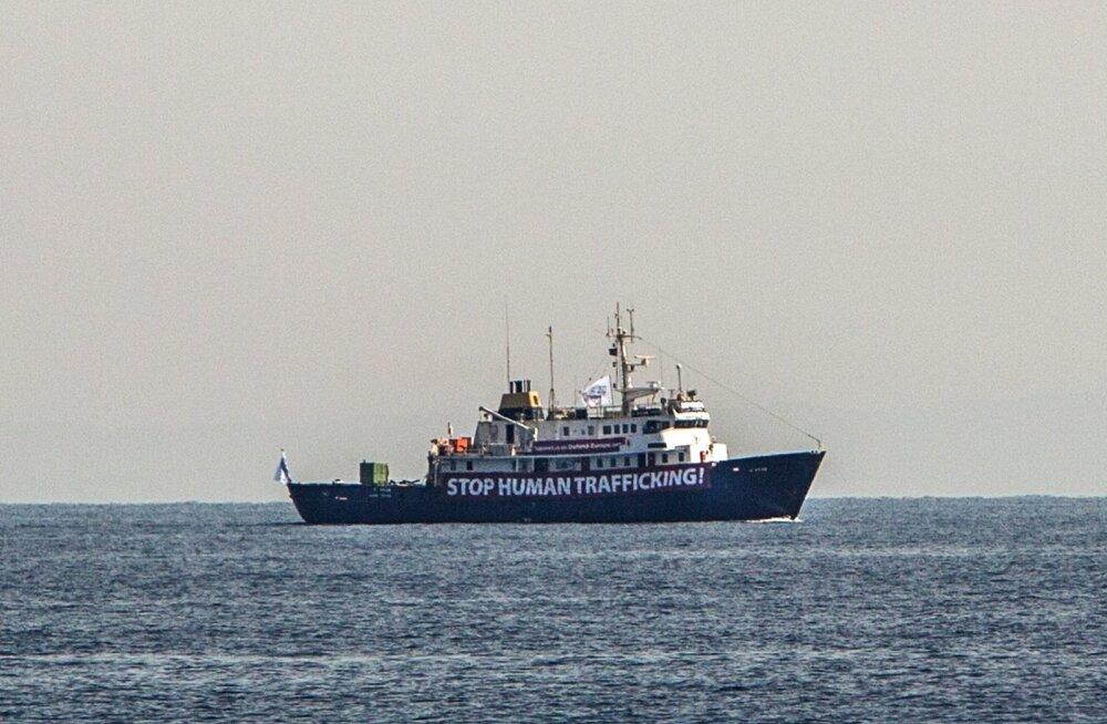 Vahemerel merehätta sattunud paremäärmuslased keeldusid pagulaste päästjate abist