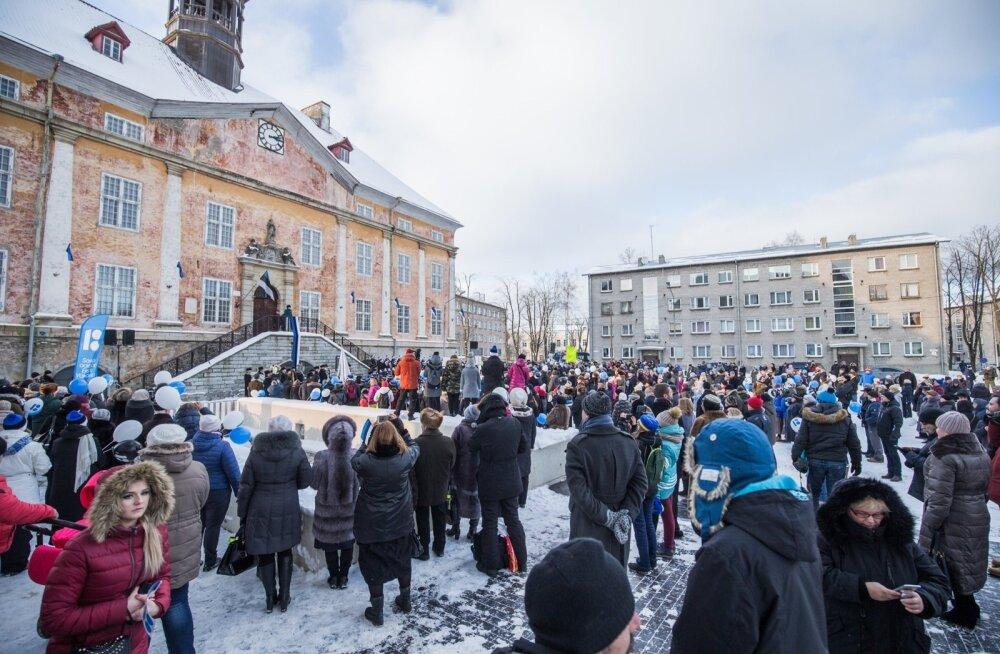 Narva keskväljakule oli presidendi kõnet kuulama kogunenud mitusada inimest.