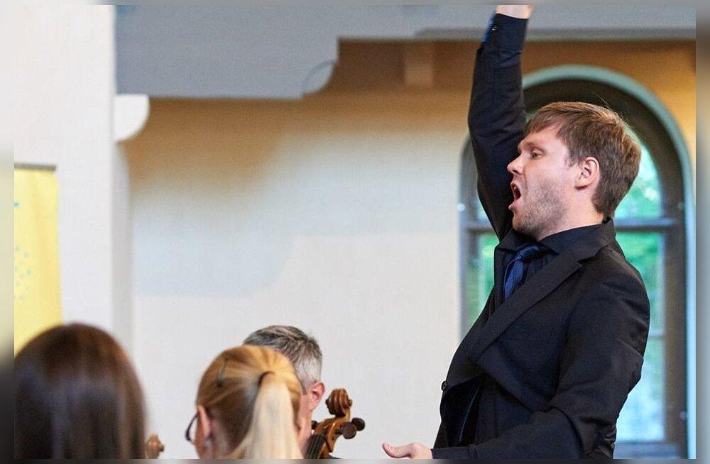 """Pärt Uusberg juhatab oma autorikontserti """"Õhtu ilu""""."""