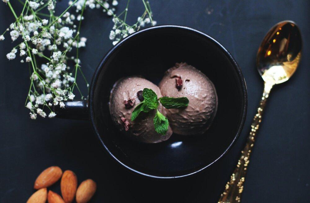 С орешками, ягодами и фруктами: 6 чудесных летних десертов из мороженого
