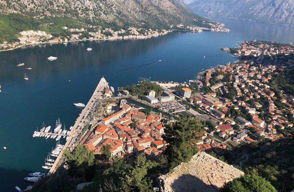 Maaliline Kotori laht pakub hunnituid vaateid ja helesinine vesi kutsub end nautima.