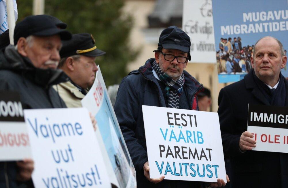 FOTOD   EKRE protestis tühja valitsuse ees ÜRO rändeleppe vastu