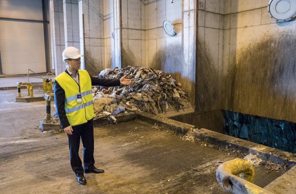 Iru elektri- ja küttejaama laadimisestakaadide kaudu jõuab põletuskatlasse lõviosa Eesti olmeprügist, näitab Eesti Energia juhatuse liige Raine Pajo.