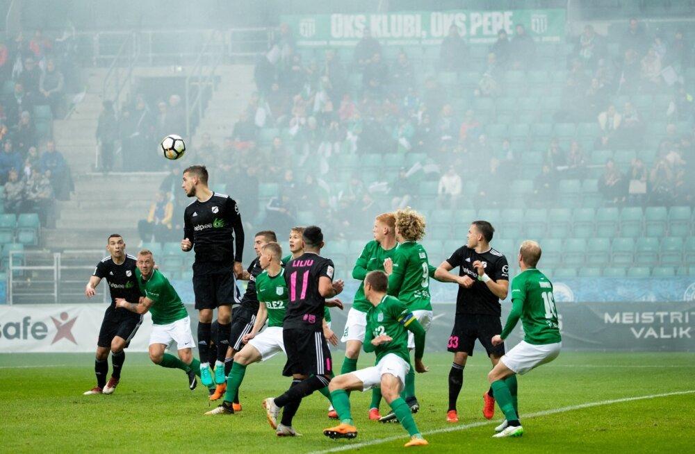 Nõmme Kalju (mustas) ja FC Flora on enne viimast vooru võrdsete punktide peal. Edu omavahelistes mängudes annab praegu eelise Kaljule.