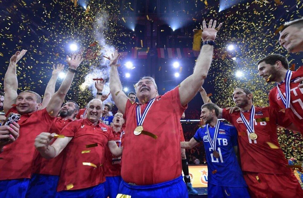 Venemaa koondis tähistab tiitlivõitu. Keskel esiplaanil vastuoluline vanemtreener Sergei Šljapnikov