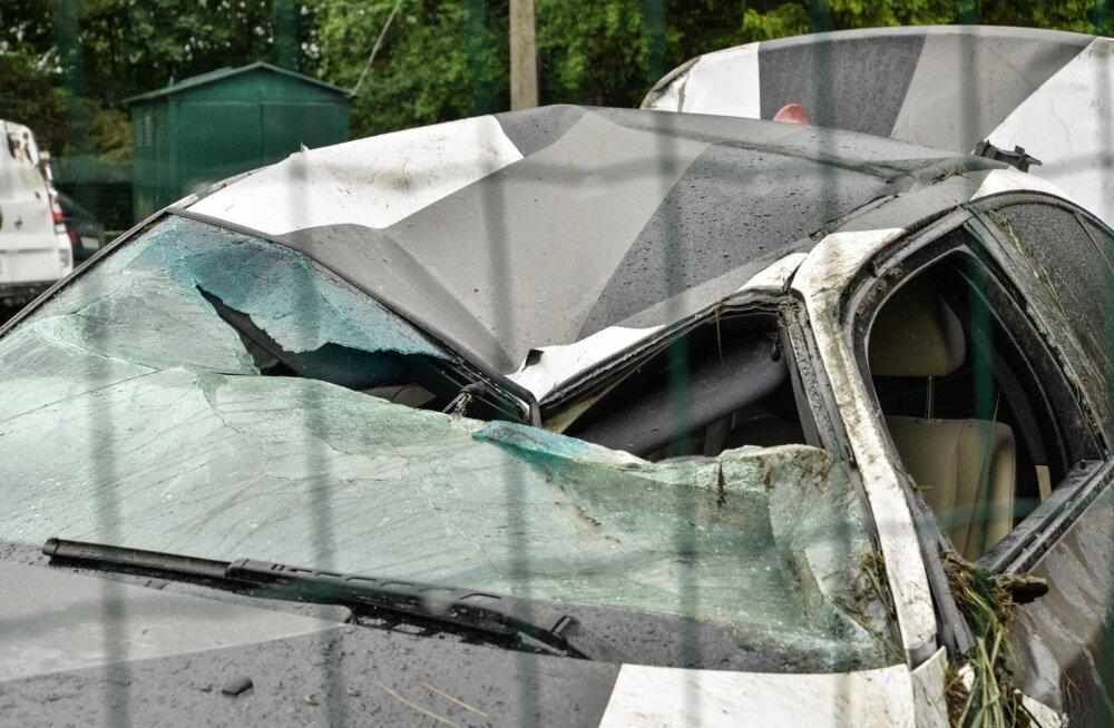 BMW, mis rullus üle katuse