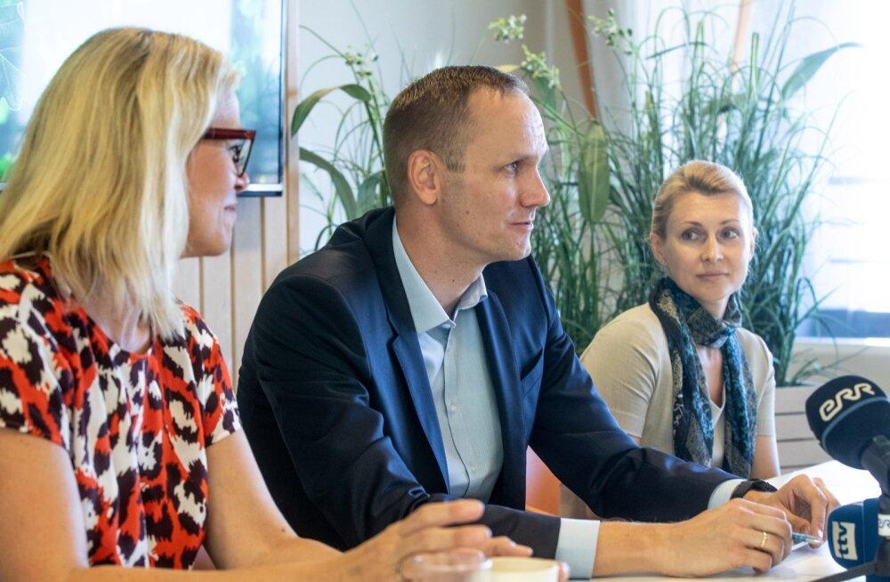 Swedbanki Balti panganduse juhi ja Swedbank Eesti nõukogu esimehe Charlotte Elsnitzi (vasakult) sõnutsi tingis juhtide vahetuse käimasolev sisejuurdlus. Swedbank Eesti juhi kohuseid hakkab täitma Olavi Lepp ja panga finantsjuhi kohusetäitjaks määrati Anna Kõuts.