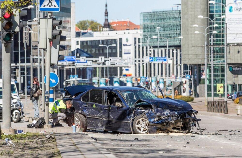 Tallinna kesklinnas põhjustas joobes BMW juht laupäeva hommikul õnnetuse, milles sai kokku vigastada 14 inimest.