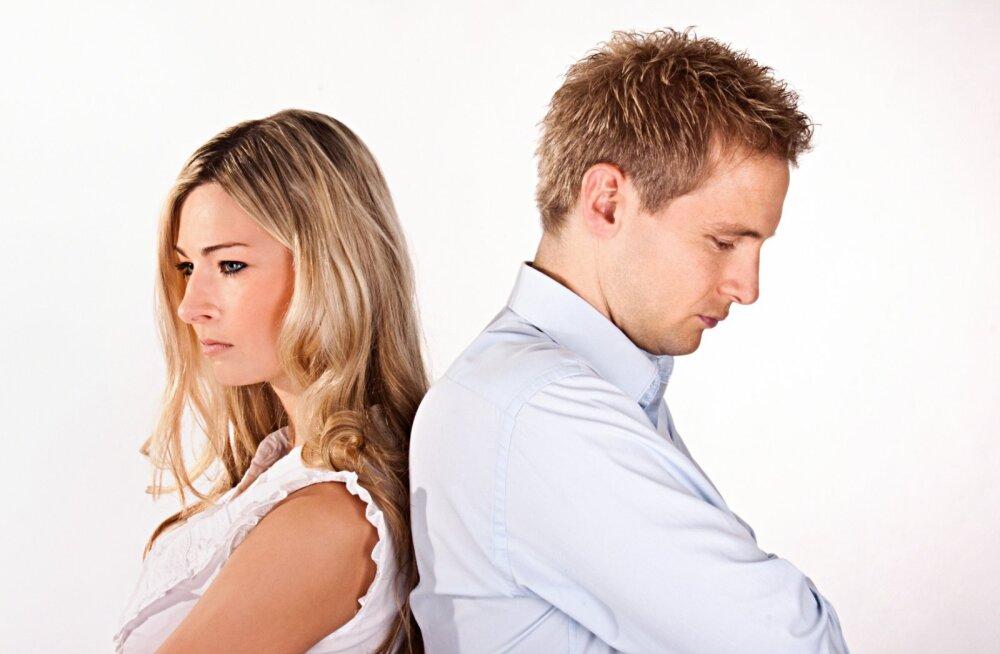 Ahistavas suhtes naine: elukaaslane tahab mind koduseinte vahele müürida