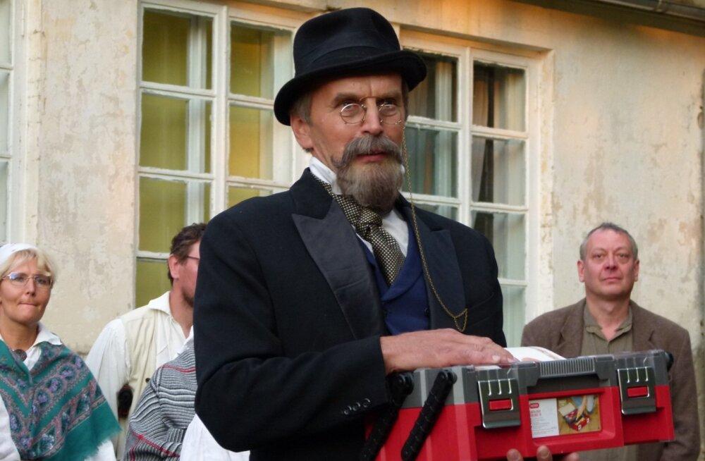 Avo Aedma, kes mängis August Kitzbergi, on Suislepa ettevõtja. Just tema lasi suveetenduse tarvis rahvamaja kõrvale ehitada vastse plankaia, et liiklus külateel teatritegemist ei segaks
