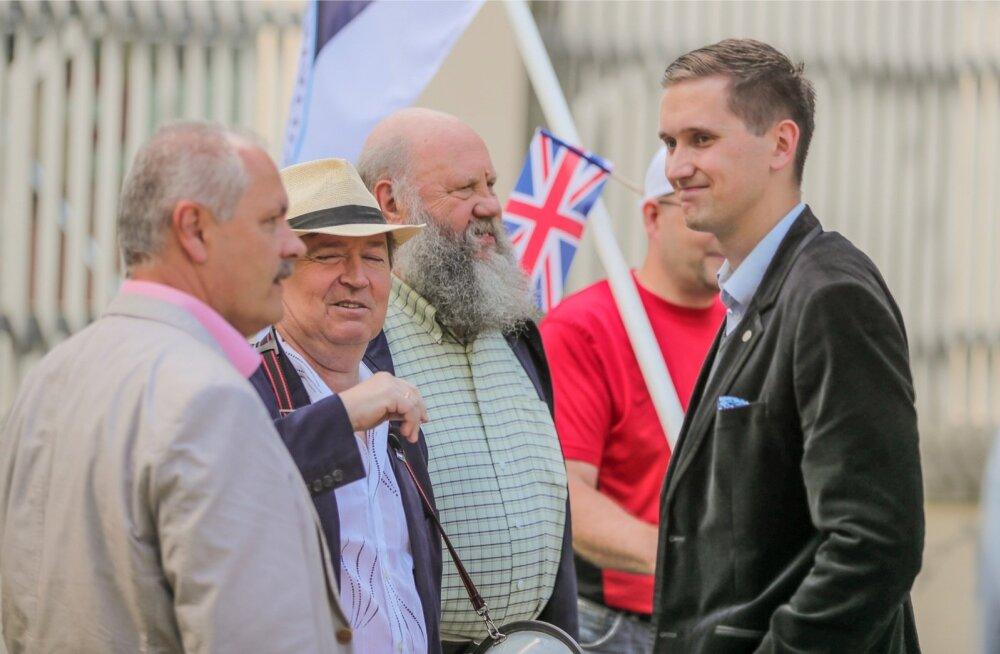 Eesti Konservatiivne Rahvaerakond (EKRE) korraldas täna pärastlõunal Tallinnas Suurbritannia saatkonna juures piketi, et avaldada toetust brittide otsusele Euroopa Liidust lahkuda.
