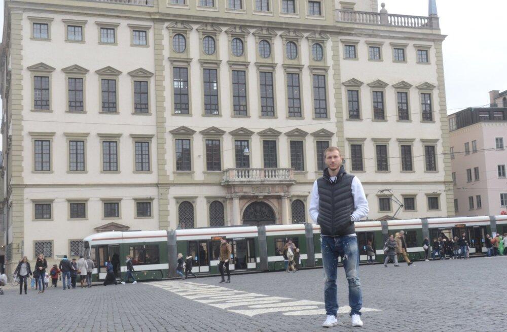 Ragnar Klavan päev pärast Liverpooliga peetud mängu Augsburgi kaunil Rathausplatzil