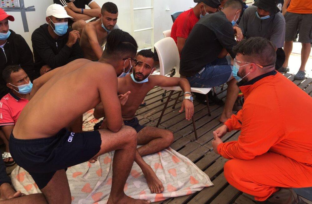 Vahemerelt põgenikke päästval laeval läks rahutuks, meeskond kardab oma turvalisuse pärast