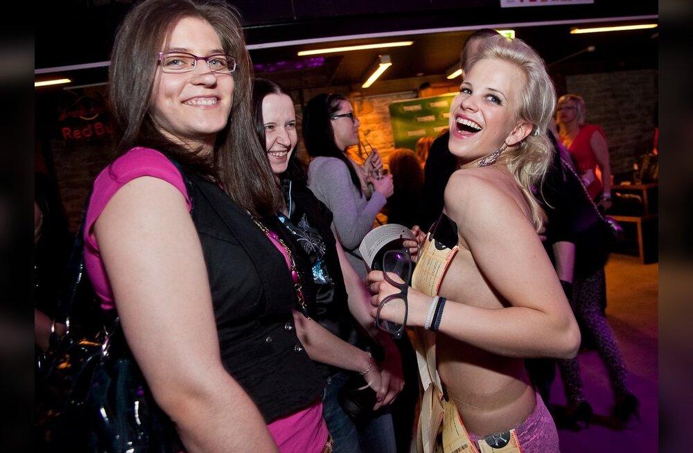 FOTO: Ott Leplandi kontserdipileteid müüdi <em>topless</em> neiu kehalt!